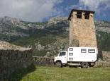 Unter dem historischen Turm in Kruje (Albanien)