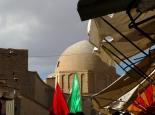 Ashoura-Fahnen vor der Jame-Moschee