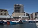 Fischerboote vor 5-Sterne-Hotel