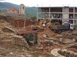 Neubau der Uni neben der Ausgrabung mit ....