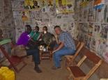 Christoph probiert ugandisches Bier