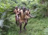 unsere Batwa-Führer begrüssen uns