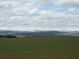 Vor den Drakensbergen liegt Farmland